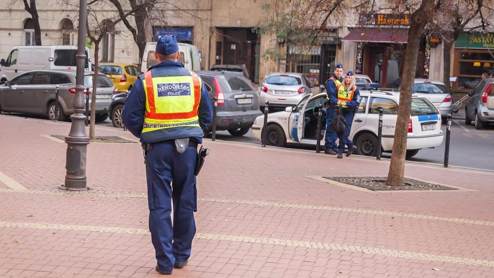 Rendőrök és katonák együtt járőröznek
